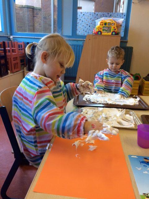 Ouder en peuter speelochtend: Verjaardagsfeestje en kliederen met 'sneeuw'